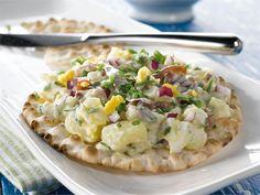 Anjovis-perunasalaatti näkkileiville Risotto, Potato Salad, Food And Drink, Potatoes, Ethnic Recipes, Potato