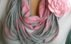 DIY T-shirt Scarves - roundup of tutorials and instructions showing you how to make a scarf out of a T-shirt. Recycle old T-shirts into cute scarves. Fabric Crafts, Sewing Crafts, Sewing Projects, Diy Sac Pochette, Scarf Shirt, Shirt Scarves, Do It Yourself Fashion, Old T Shirts, T Shirt Diy