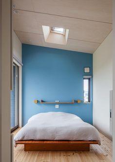 緩斜面の家: 株式会社リオタデザインが手掛けた寝室です。 Small Space Organization, Wood Wallpaper, Wood Ceilings, Master Bedroom Design, Closet Bedroom, Interior Architecture, Dorm, Small Spaces, Minimalism