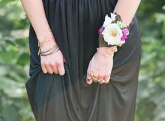 diy floral corsage http://weddingwonderland.it/2015/08/decorazioni-bohemien-fai-da-te.html
