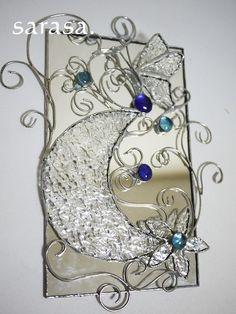 ステンドグラスの技法で制作したオリジナル溢れるタペストリー蝶と月と花をモチーフにワイヤーでアレンジしたデザインに♪バックとなるガラスを鏡にしたことで神秘的な作...|ハンドメイド、手作り、手仕事品の通販・販売・購入ならCreema。