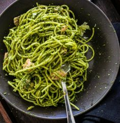 Esta receta de pasta en pesto de aguacate es una adaptación del libro de recetas Chloe's Kitchen, cortesía de Humane Society.