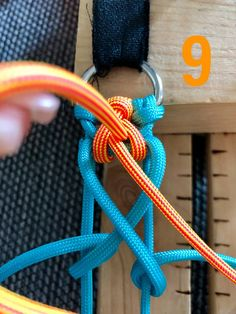 Attilou's Elfenzopf   Swiss Paracord GmbH Diy Friendship Bracelets Patterns, Diy Bracelets Easy, Bracelet Crafts, Jewelry Crafts, Paracord Tutorial, Bracelet Tutorial, Paracord Dog Leash, Paracord Keychain, Paracord Bracelet Designs