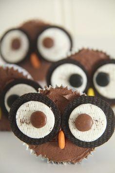 Ugle cupcakes er utrolig stilige og søte. De er laget av sjokolade cupcakes, toppet med sjokoladekrem og pyntet med oreokjeks og non-stop øyne og non-stop nese. Morsomme cupcakes å server i barnebesøk. Jeg fant inspirasjonen her, hvis noen lurte :) Sjokolade cupcakes:15 stk 2 egg 2 dl sukker 3 dl hvetemel 2 ts bakepulver 2 …