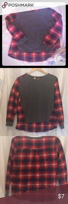 High / low plaid top✨ Very cute with boyfriend jeans and converse! Shorter in the front longer in the back. The grey part is t-shirt material, the plaid part is like fleece. Size says L but it fits like S 😉 Tops Tees - Long Sleeve