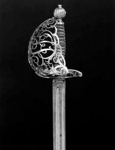 Dit is het zilveren zwaard van Abraham. Met dit wapen vecht hij tegen de vampiers. Alleen zilver kan de vampieren doden.