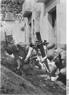 German troops setting up an 8 cm GrW 34 mortar in southern Italy September 1943. Credit: Bundesarchiv Bild 183-J15514 Dohm.