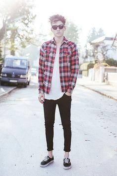 Calça Skinny preta masculina tênis vans e camisa xadrez