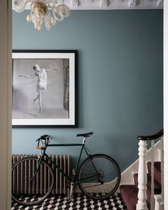 Make a striking first impression with #OvalRoomBlue and #StrongWhite - we love the combination in this stylish hallway. Interior Design by… Farrow And Ball Living Room, Home Living Room, Living Room Blue, Hallway Wall Colors, Blue Hallway Paint, Hallway Colour Schemes, Hallway Art, Upstairs Hallway, Color Schemes