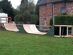Free Halfpipe Plan Pictures Small Dirt Bikes, Scooter Ramps, Dirt Bike Track, Backyard Skatepark, Skate Park, Cool Bikes, Outdoor Furniture, Outdoor Decor, Skateboarding