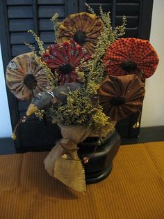primitive handmade flowers in wooden vase, small crow Summer Crafts, Fall Crafts, Decor Crafts, Diy Crafts, Felt Flowers, Fabric Flowers, Paper Flowers, Americana Crafts, Country Crafts