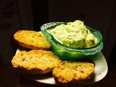 POTŘEBNÉ PŘÍSADY:  1 avokádo lžíce citronové šťávy bylinková nebo horská sůl olivový olej  česnek  POSTUP PŘÍPRAVY:  Avokádo rozpůlíme a dužinu vydlabeme. Thing 1, Guacamole, Mashed Potatoes, Muffin, Food And Drink, Mexican, Eggs, Breakfast, Ethnic Recipes