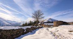 ¡Asturias es una tierra fascinante todo el año, pero teñida de blanco aún más! ¡Disfrútala! Villas, Paraiso Natural, Madrid, Snow, Outdoor, Water Reflections, Greenery, Backdrops, Cover Photos