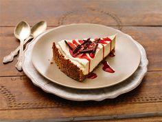 Luumu-kanelikakku - Voissa kiehautettu kaneli maustaa kakussa käytetyn piparipohjan. Luumu-kanelirahkasta syntyy helppotekoinen täyte. Kakkupalan kruunaa syyskirpeä, kirkkaan punainen puolukkakastike.