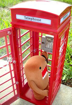 Domo in a red telephone box! Lps Pets, Danbo, Kawaii, Weird Creatures, Cute Little Things, Cool Toys, Awesome Toys, Comic Book Characters, Vintage Toys