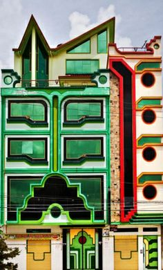 ARQUITECTURA Y COLOR Si ya has oído hablar de la Arquitectura Chola, sabrás que es una tendencia absolutamente colorista que se ha desarrollado en los últimos años en la ciudad de El Alto, en Bolivia. Sus extrañas estructuras y sus vistosísimos colores han hecho que sea uno de los fenómenos arquitectónicos más polémicos de la contemporaneidad. http://www.arquitecturahoy.com/1007-arquitectura/arquitectura-chola-colorido-funcionalidad-y-estetica-de-la-casa-de-el-alto.html