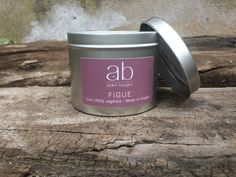 Bougie en cire végétale parfumée à la Figue dans sa boite métallique.