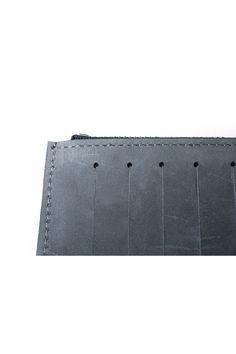 gegenüber Linie diagonal lined sub-wallet in cow leather with YKK zipper color : terre verte material : 100% cow leather submaterial : YKK zipper lining : chamude measures : H 9 – 8cm  W 20cm