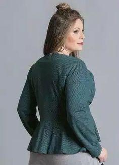 Jaqueta Acinturada Verde Plus Size Posthaus. Essa jaqueta mais acinturada empresta atitude às produções e vai ser destaque nas suas combinações. Mesmo com a pegada moderninha, é possível elaborar looks mais sérios para usá-la no ambiente de trabalho. Se você quer montar uma produção mais feminina, é só usar a jaqueta com blusa de tecido plano, saia midi e um belo par de saltos. Você também pode trocar a saia por calça de modelagem reta ou ainda pela queridinha calça flare.