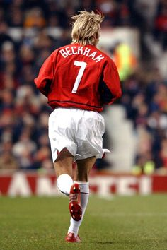 Beckham made almost 400 appearances for Manchester United and scored 85 goals, although his official record counts only 62 goals in 265 official senior team's matches. Football Icon, Best Football Players, Good Soccer Players, World Football, Sport Football, Nike Soccer, Soccer Cleats, Manchester United Fans, David Beckham Manchester United