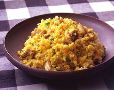 炊き込む前に具をカレー粉で炒めておくと、味がしっかりなじんで◎。さらにカレー味のスープで炊き、米にも食欲をそそるスパイシーな香りをうつします。