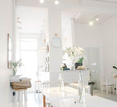 White petaled flower in clear glass bottle on table – Interior – Modern Home interior Design Kitchen 101 Interior Design Pictures, Home Interior Design, Room Interior, Interior Ideas, Monochromatic Room, Residential Cleaning, White Background Photo, Wooden Cabinets, Living Room Decor