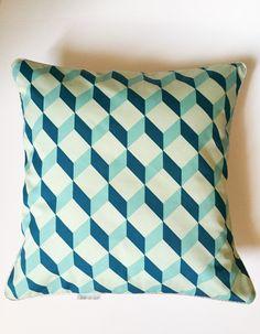Coussin graphique motif cube bleu - Atelier du chat : Textiles et tapis par atelierduchat