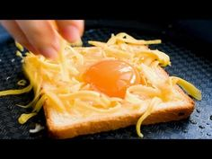40 SÚPER TRUCOS E IDEAS CON HUEVOS - YouTube Kitchen Recipes, Cooking Recipes, Cooking Hacks, Peel An Egg, Bacon Cups, Ham And Eggs, Cheese Crisps, Bread Bowls, How To Cook Eggs