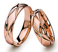 Jewellery Box On Legs; Jewellery Hanger order Couple Wedding Rings On Hands -- Jewellery Online New York Gold Jewelry, Jewelry Rings, Diamond Jewellery, Men's Jewellery, Jewellery Designs, Designer Jewellery, Wedding Jewelry, Couple Ring Design, Couple Bands