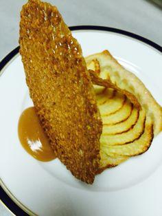 Tarte fine aux pommes tuile au sésame sauce caramel