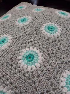 Sunburst granny with an interesting border Crochet Cushions, Crochet Quilt, Afghan Crochet Patterns, Crochet Squares, Crochet Home, Love Crochet, Crochet Granny, Crochet Motif, Diy Crochet