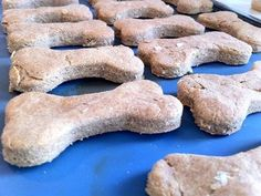 Biscuits au bœuf    Ingrédients pour 400g de biscuits        200g de farine complète.        100g de farine blanche.        2 cuillères à soupe d'huile végétale.        1 œuf.        Un pot de nourriture pour bébé au bœuf.        100ml d'eau.    La recette, pas à pas        Dans un grand saladier, mélangez tous les ingrédients jusqu'à obtenir une pâte homogène. Vous pouvez vous aider d'un robot de cuisine pour mixer.        Étalez la pâte sur la plaque de votre four. La pâte ne doit pas…
