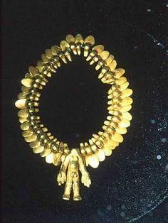 Collar con varias piezas de oro  Museo del Oro  Peru
