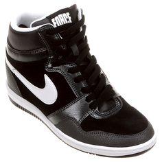 O Tênis Nike Force Sky High Preto e Branco mistura o clássico e o despojado, resultando num visual retrorunning para o seu dia a dia. Perfeito para mulheres que apreciam o estilo superesportivo. | Netshoes