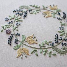 Wonderful Ribbon Embroidery Flowers by Hand Ideas. Enchanting Ribbon Embroidery Flowers by Hand Ideas. Hand Embroidery Stitches, Silk Ribbon Embroidery, Embroidery Applique, Floral Embroidery, Machine Embroidery, Cross Stitch Embroidery, Wool Applique Quilts, Floral Hoops, Brazilian Embroidery
