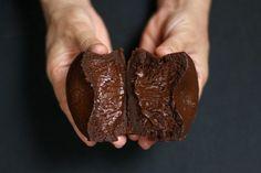 MI-CUIT, CHOCOLATE FONDANT - Paris chez Sharon Big Chocolate, Chocolate Fondant, Chocolate Factory, Chocolate Flavors, Chocolate Desserts, Fun Desserts, Baking Recipes, Cake Recipes, Egg Preparations