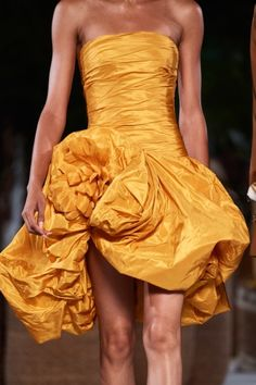 See all the Details photos from Oscar De La Renta Spring/Summer 2020 Ready-To-Wear now on British Vogue Vogue Paris, Backstage, Couture Usa, Fashion Show, Fashion Outfits, Fashion Spring, Daily Fashion, Taffeta Dress, Couture Details
