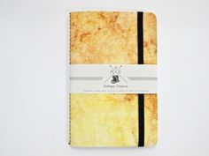 Quaderno creativo da n 20 pagine con copertina in materiale resistente cellulosico. Chiusura con elastico laterale. 9 x 14 cm