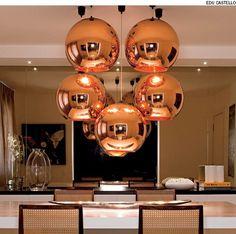 Em vez de apenas um, a designer de interiores Zize Zink optou por cinco pendentes de 45 cm de diâmetro, assinados pelo designer inglês Tom Dixon, para iluminar esta sala de jantar.