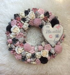 Kopogtató Valentine Wreath, Valentines, Vence, Mixed Media Collage, Felt Flowers, Vintage Cards, Door Wreaths, Baby Shower Parties, Flower Decorations