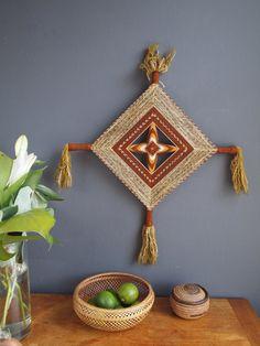 Yarn Wall Art, Hanging Wall Art, Yarn Crafts For Kids, Arts And Crafts, God's Eye Craft, Bohemian Crafts, Sewing Crafts, Diy Crafts, Gods Eye