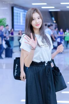 Twice-Sana 180902 Gimpo Airport from Japan Kpop Fashion, Korean Fashion, Fashion Trends, Airport Fashion, Fashion Styles, Nayeon, K Pop, South Korean Girls, Korean Girl Groups