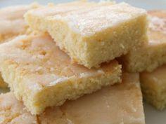 Thermomix Zitronenkuchen vom Blech. Bleibt locker 3 Tage frisch (echt wahr - und saftig bleibt er auch) und ist der perfekte Blechkuchen für Parties, speziell Kindergeburtstage. Ein schnelles Thermomix Rezept - Du findest es komplett mit Anleitung und Tipps auf http://www.meinesvenja.de/2011/10/19/zitronenkuchen-vom-blech/