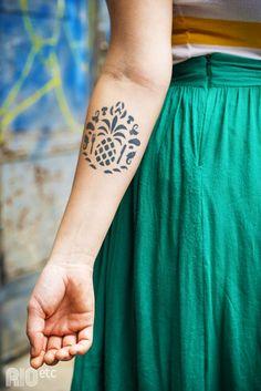 Piu Gontijo é formada em gastronomia e já trabalhou com hotelaria. Depois de passar pela área gastronômica (a tattoo no braço é a logo de sua ex-empresa), ela agora se aventura com maquiagem para moda.