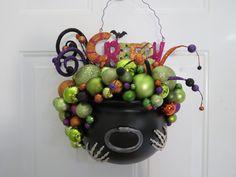 Christmas Ornament Wreath, Halloween Ornaments, Christmas Wreaths, Halloween Magic, Halloween Diy, Halloween 2020, Halloween Stuff, Halloween Table Centerpieces, Halloween Decorations