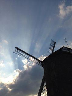 De zon doet haar strepende werk achter een grijze wolk in #Zevenaar. Woensdag 14 augustus 2013. via twitter @René Boekhorst.