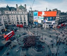 EPIC DAY! This was our crowd of 450 instagramers at #PiccadillyCircus for the start of our #Instameet with @WePioneer! Thank you to everyone who came out! So many people have been able to make new friends and meet like-minded creatives - together we're able to make #London feel a little bit smaller and encourage everyone in their creative gifting. Thanks to @davidjonesusa and his team for collaborating with us... from Louisiana to London. That's how community can work. We are part of a…