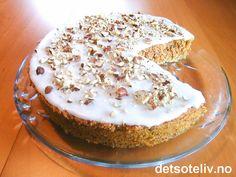 En deilig og USEDVANLIG SAFTIG kake, som er en krysning av nøttekake og gulrotkake. Oppskriften stammer fra Sveits. Kaken har veldig god smak av nøtter og kanel, og er så myk og deilig i konsistensen at det er en fryd! Kaken inneholder bare littegrann potetmel og ikke noe hvetemel. Dessuten finnes verken smør eller olje. Et gullfunn av en kake!