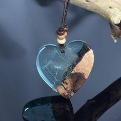Heart wood resin necklacke/dandelion/blue/ blaue Herz Holz Harz Halzkette mit Pusteblumen / present /gift ideas/Geschenkidee von ZeitlosSchmuckDesign auf Etsy https://www.etsy.com/de/listing/582360953/heart-wood-resin-necklackedandelionblue
