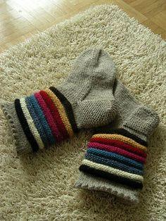 Inkeri-sukat koko: nainen langat: Novita 7 Veljestä -lankaa, 100 g meleerattua beigeä (060) ja pieniä jämäkeriä 7 Veljestä -lanka... Crochet Socks, Crochet Doilies, Knit Crochet, Knitting Projects, Knitting Patterns, Crochet Patterns, Easy Knitting, Knitting Socks, Knit Wrap